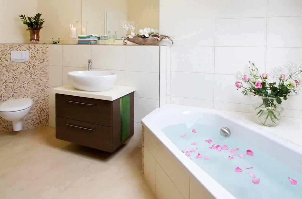 Schön dekorierte Badewanne mit Rosenblättern und Kerzen