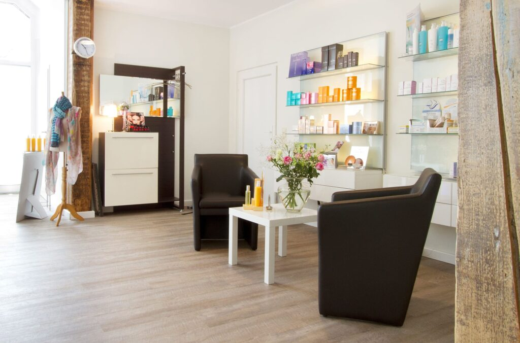 Wartebereich mit Kosmetikprodukten und einer Sitzecke